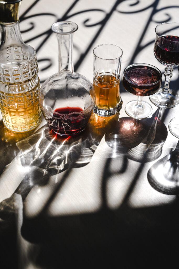 Bicchieri di vetro con le loro ombre